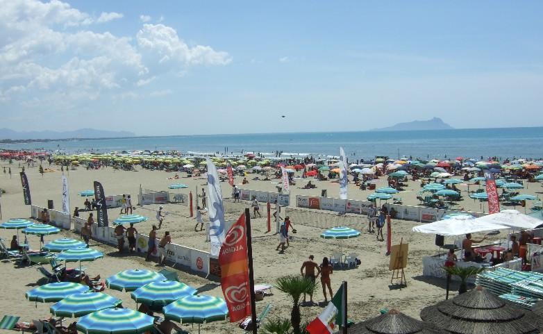mare-latina-spiaggia-stabilimento-foce-verde-4765d4w