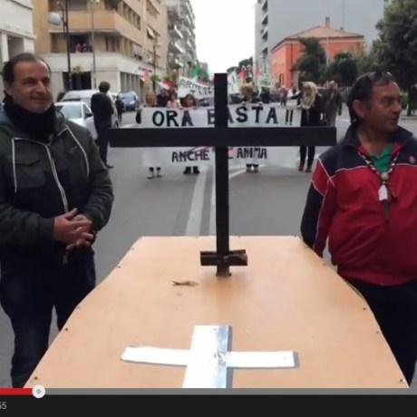 video-manifestazione-tassa-morto-latina