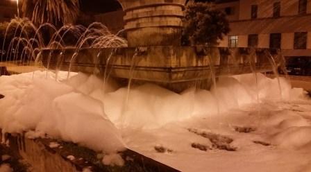 latina-fontana-piazzaliberta-schiuma-1
