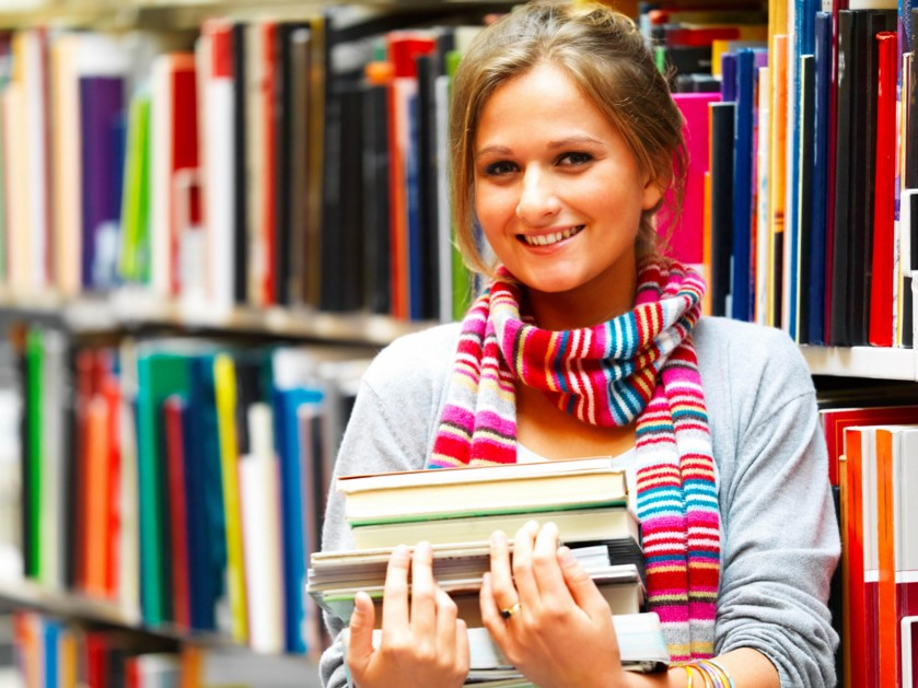 studentessa-libri-biblioteca-scuola-studenti