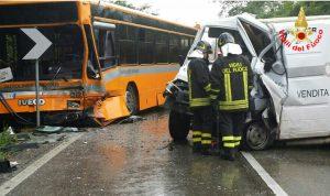 incidente-autobus-furgone-aprilia
