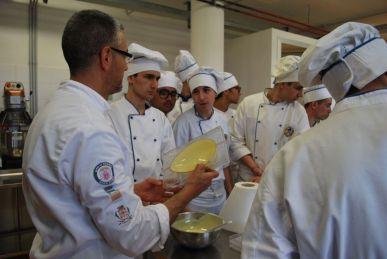 Il maestro pasticcere Maurizio Scarascia con gli studenti