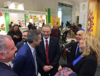 Il Sottosegretario Alessandra Pesce e l'Ambasciatore Luigi Mattioli in visita allo stand del Marchio Agro Pontino