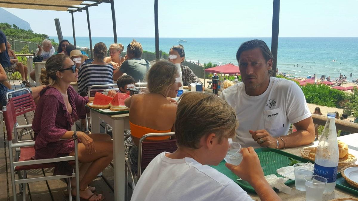 Francesco Totti in fila per il pranzo a Sabaudia