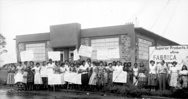 Picketers in front of Superior Products factory in Puerto Rico demand dignified treatment, drinking water and a fair minimum wage (Kheel Center/Flickr)