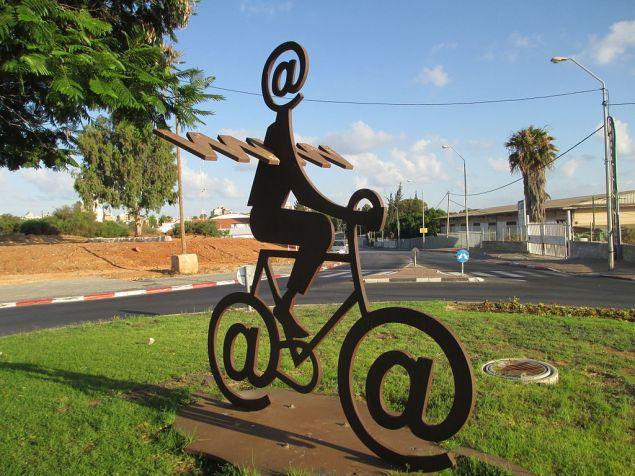 The Internet Messenger by Buky Schwartz (CREDIT: Dr. Avishai Teicher Pikiwiki Israel)
