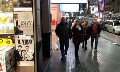 Loja na Avenida Corrientes, em Buenos Aires, com cartazes do Andrea Bocelli e do Il Volo
