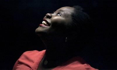 A angolana Deolinda Kinzimba é produzida por um dos destaques da música portuguesa, DIogo Piçarra