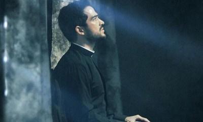 Alfonso Herrera falou sobre o cancelamento de O Exorcista