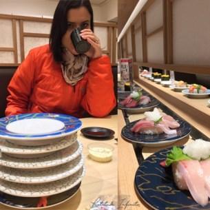 Em um sushi de esteira. Você paga pela cor do pratinho.