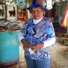 signora che lavora a maglia con aghi di cactus
