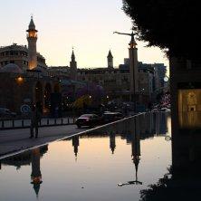 moschea si specchia sull'acqua