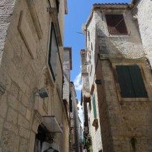 colonna e palazzi in giro per Trogir