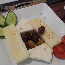 piatto di formaggi e olive