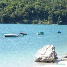 barche e spiaggia ciottoli