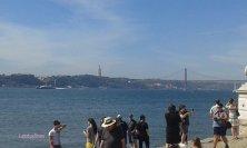 turisti in riva al fiume