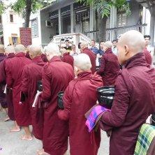 fila di monaci