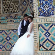 sposi davanti alla madrasa Divanbegi