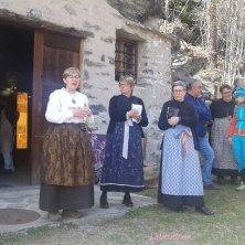 latteria e signore in abito tradizionale
