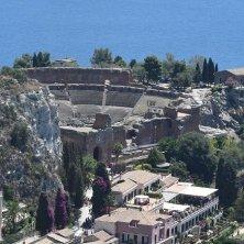 Vista dall'alto di Taormina con il teatro Greco 002