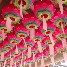 fila di lanterne a forma di fiore di loto