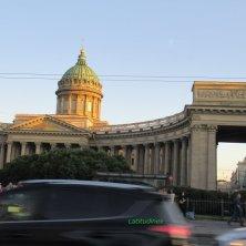 cattedrale Kazan e traffico sulla Prospettiva Nevskij