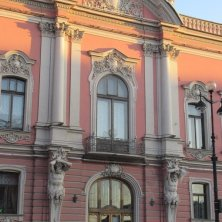 palazzo degli Atlanti con la luce del tramonto dalla Prospettiva Nevskij