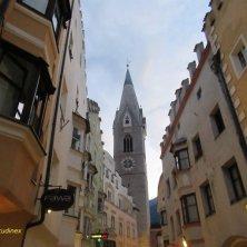 torre bianca di notte a Bressanone