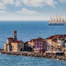 in barca lungo la costa slovena