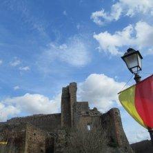 bandiere e rocca Aldobrandesca Sovana