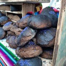 pane nero con fiori di fiordaliso