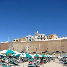 mura dalla spiaggia
