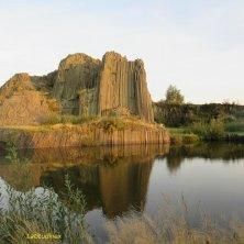 roccia basaltica riflessa nel laghetto Valle di Cristallo