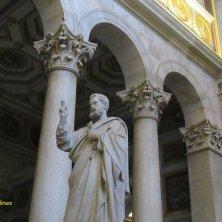statua San Pietro all'interno basilica San Paolo