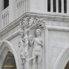 angolo con sculture Adamo e Eva sul Palazzo Ducale