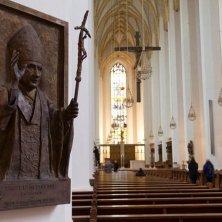 immagine di Benedetto XVI e chiesa