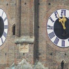 particolare dell'orologio della torre