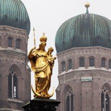 statua della Madonna tra le cupole Frauenkirche