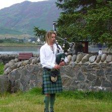 suonatore di cornamusa moderno in kilt e tartan