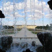 dietro la fontana