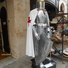 armatura medievale nel borgo