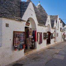 strada negozi Alberobello