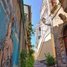 vicolo con murales