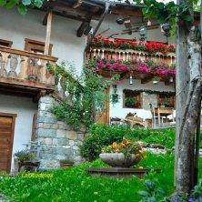 Fornesighe_cortile_fotoEVallarin autunno in Val di Zoldo