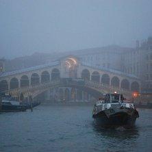 ponte di Rialto con la nebbia