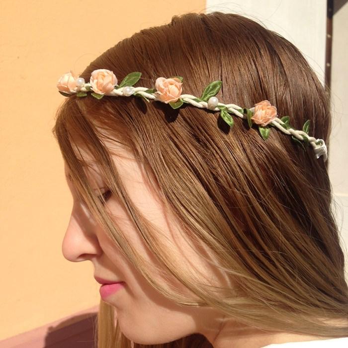 tenue-fleurs-cheveux