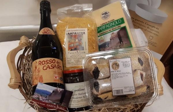 Cesto in vimini confezione regalo con Parmigiano Reggiano, lambrusco e altri prodotti tipici