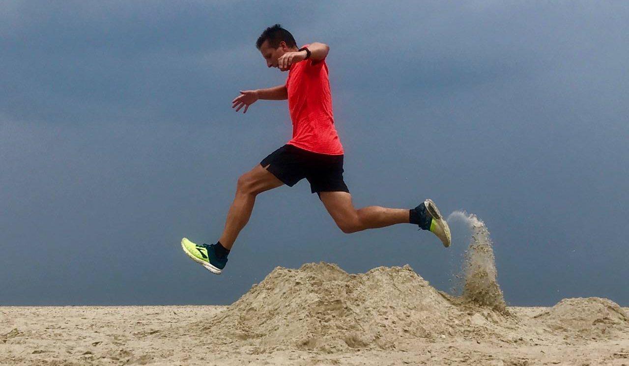 Sprung über eine Sandburg.