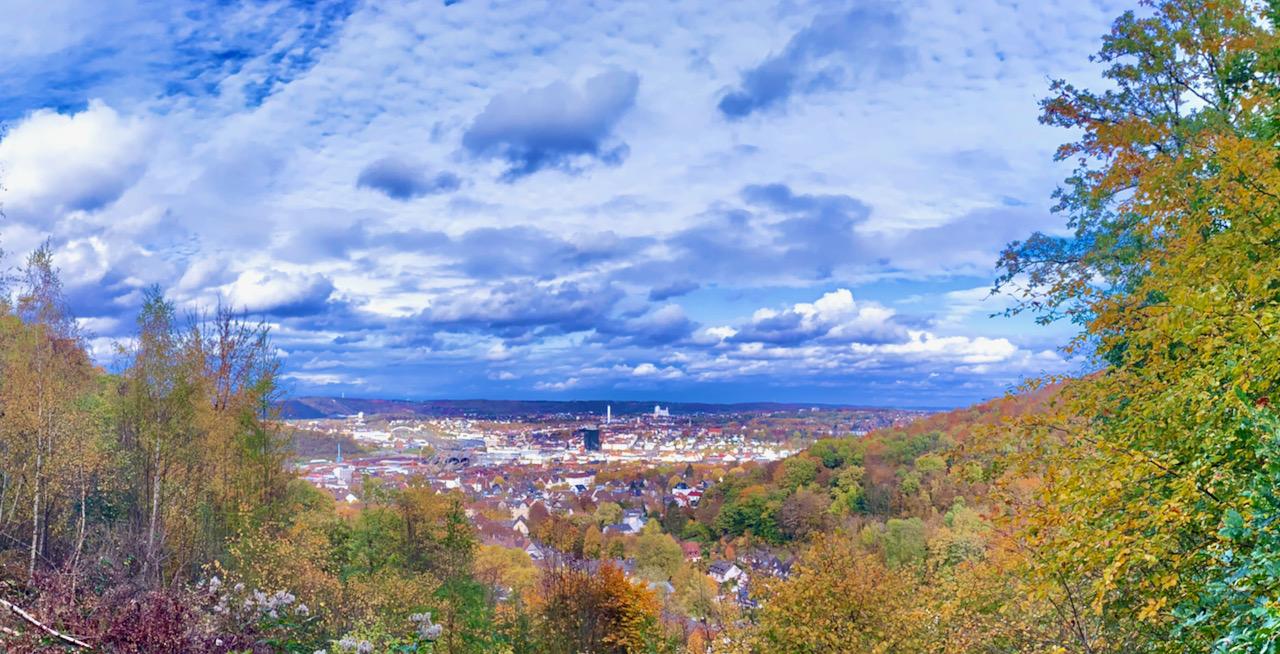 Blick vom Eugen-Richter-Turm auf das von grünen Bergen gesäumte Hagen.