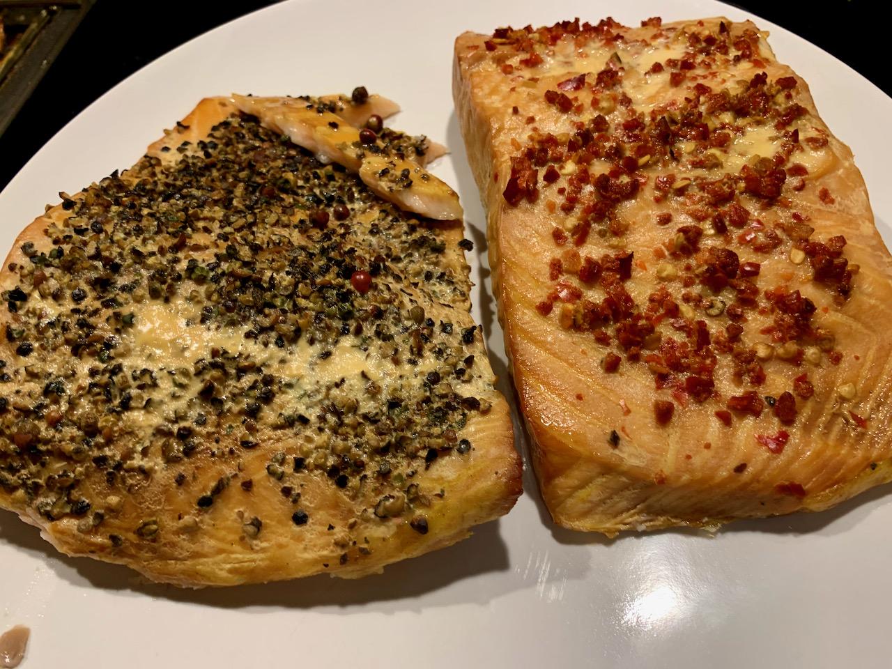 Zwei Stücke Stremellachs, belegt mit Chiliflocken und gemahlenem Pfeffer.